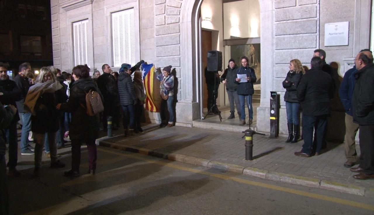 Un centenar de persones es concentren a Banyoles per rebutjar les detencions d'aquest dimecres