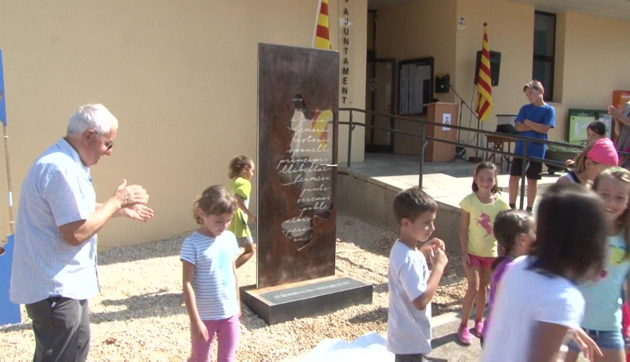 Esponellà inaugura una escultura en commemoració de l'1 d'Octubre