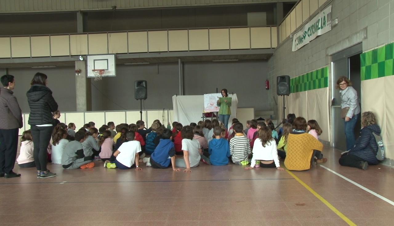 L'escola La Vall del Terri celebra el Sant Jordi amb una jornada matinal plena de llibres, roses i cultura